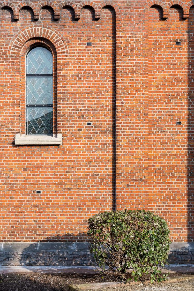 restauratie_kerk_peulis_gevelreiniging_baksteen_glasramen